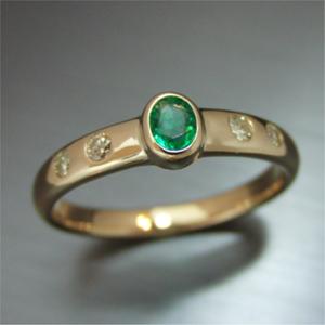 【実例240】思い出のエメラルドの指輪をシンプルデザインにリフォーム